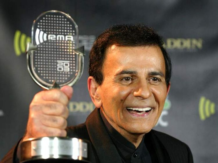 CASEY KASEM POSES WITH AWARD AT THE 2003 RADIO MUSIC AWARDS.