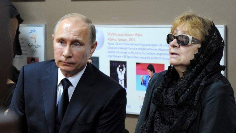 Russian President Vladimir Putin (L) and Anatoly Rakhlin's widow, Yevgeniya Lipatova