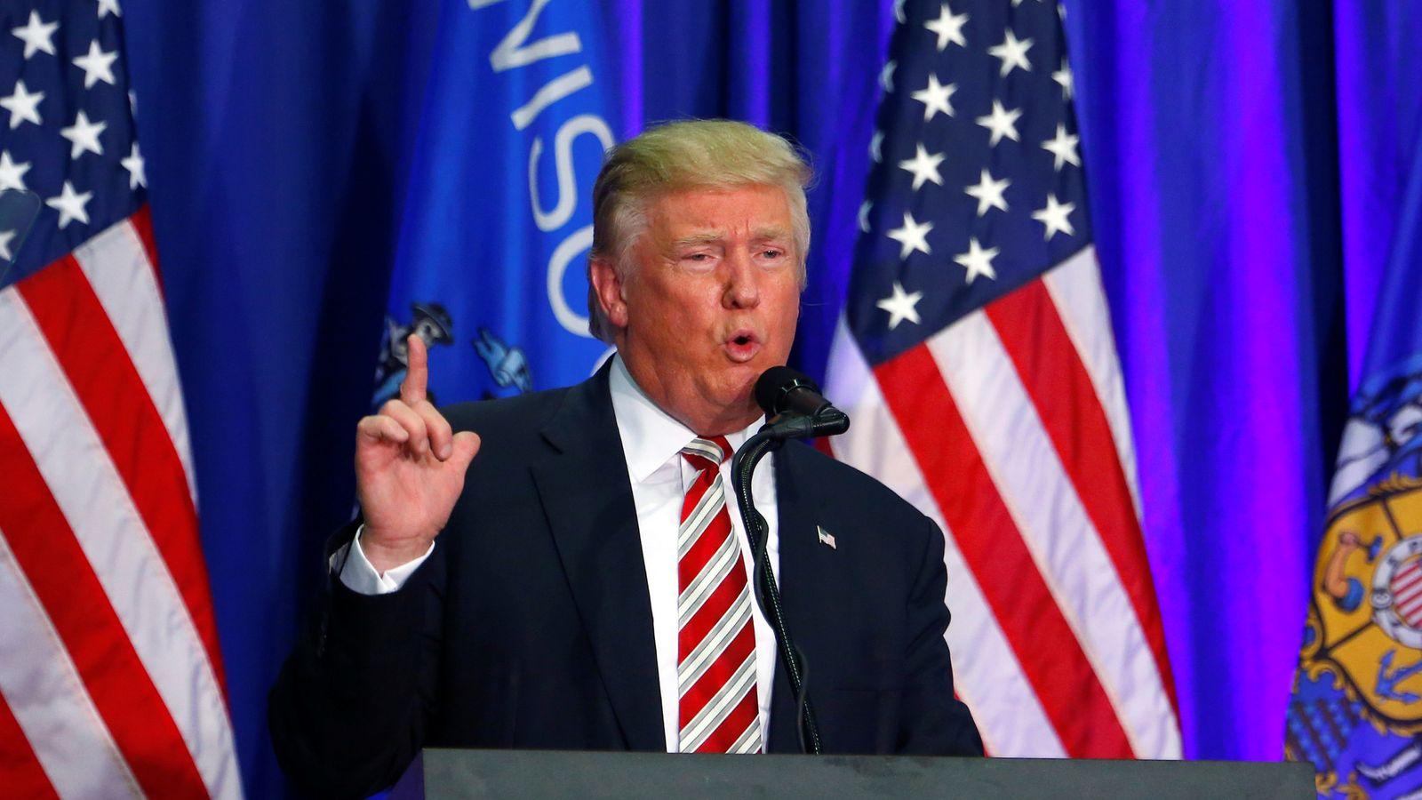 唐纳德特朗普声称他的竞争对手希拉里克林顿是'反警察'