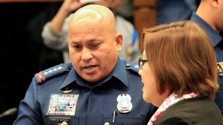 Ronald Dela Rosa (L) talks to Senator Leila De Lima