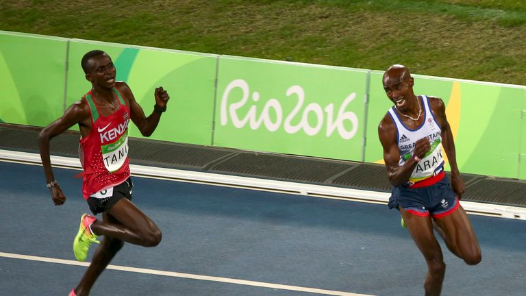 Mo Farah finishes ahead of Paul Kipngetich Tanui of Kenya in the men's 10,000 metres final