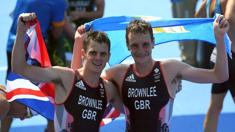Alistair Brownlee (L) and brother Jonny Brownlee