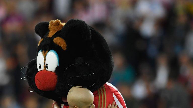 SUNDERLAND, ENGLAND - SEPTEMBER 12:  Young Sunderland mascot Bradley Lowery embraces mascot Samson the Cat prior tothe Premier League match between Sunderl