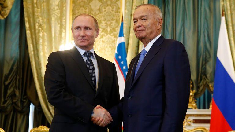 Uzbek President Islam Karimov (R) with Russia's President Vladimir Putin