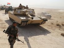 Iraqi security forces advance in Qayara, south of Mosul, to attack Islamic State militants