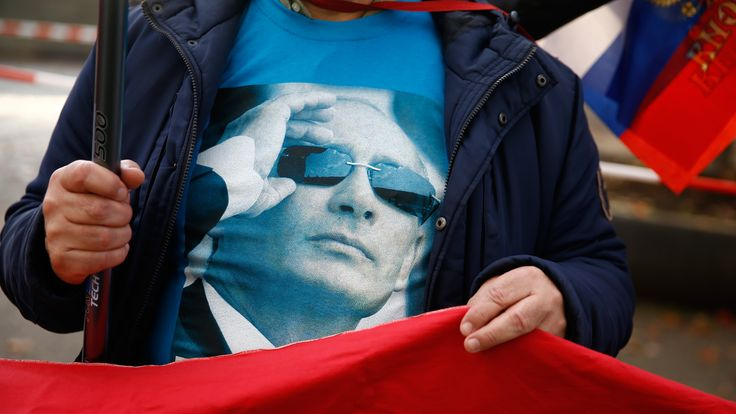 A supporter waits for the Russian president's visit to Berlin