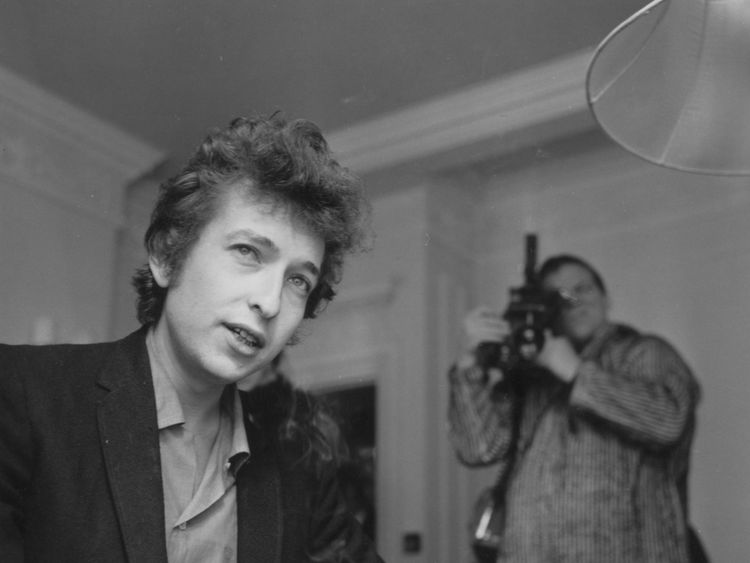 29th April 1965: A cameraman films American folk-rock singer Bob Dylan (born Robert Zimmerman) during an interview. (Photo by Evening Standard/Getty Images)