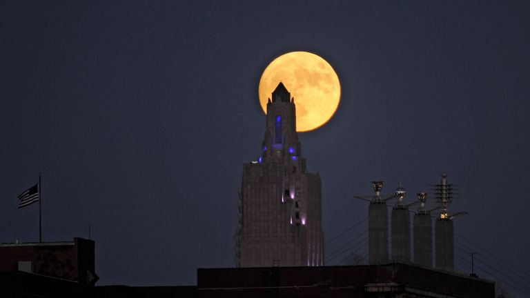 """The """"supermoon"""", the closest the moon comes to Earth since 1948, rises over the Power and Light building in downtown Kansas City, Missouri, U.S., November 13, 2016"""