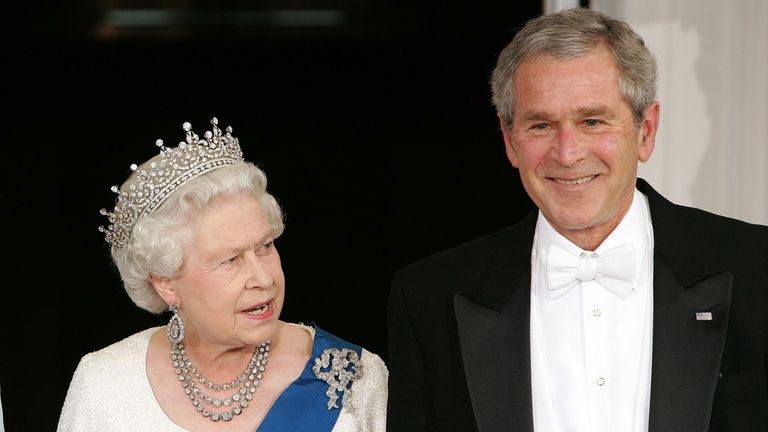 WASHINGTON - MAY 07: HRH Queen Elizabeth II and US President George W. Bush arrive for a formal white-tie state dinner at the White House May 7, 2007 in Washington, DC. Queen Elizabeth II and Prince Phillip, the Duke of Edinburgh are on a six day trip to the United States. (Photo by Chris Jackson/Getty Images)