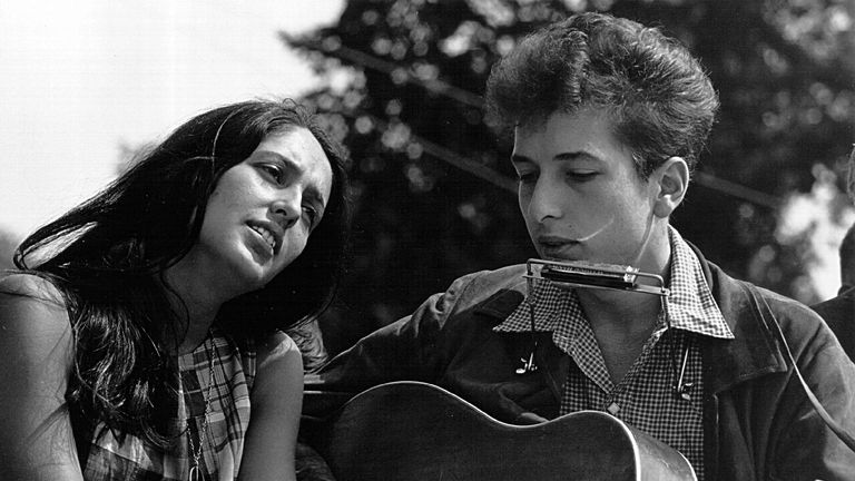 Folk singers Joan Baez and Bob Dylan perform during a civil rights rally in 1963