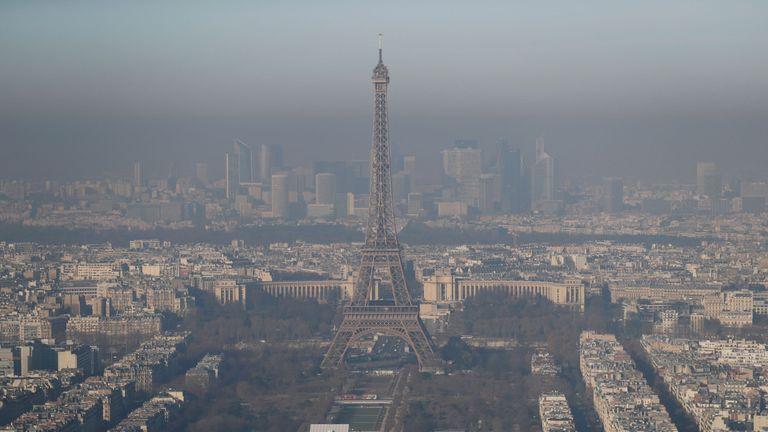Air pollution reaches a peak in Paris on 5 December 2016