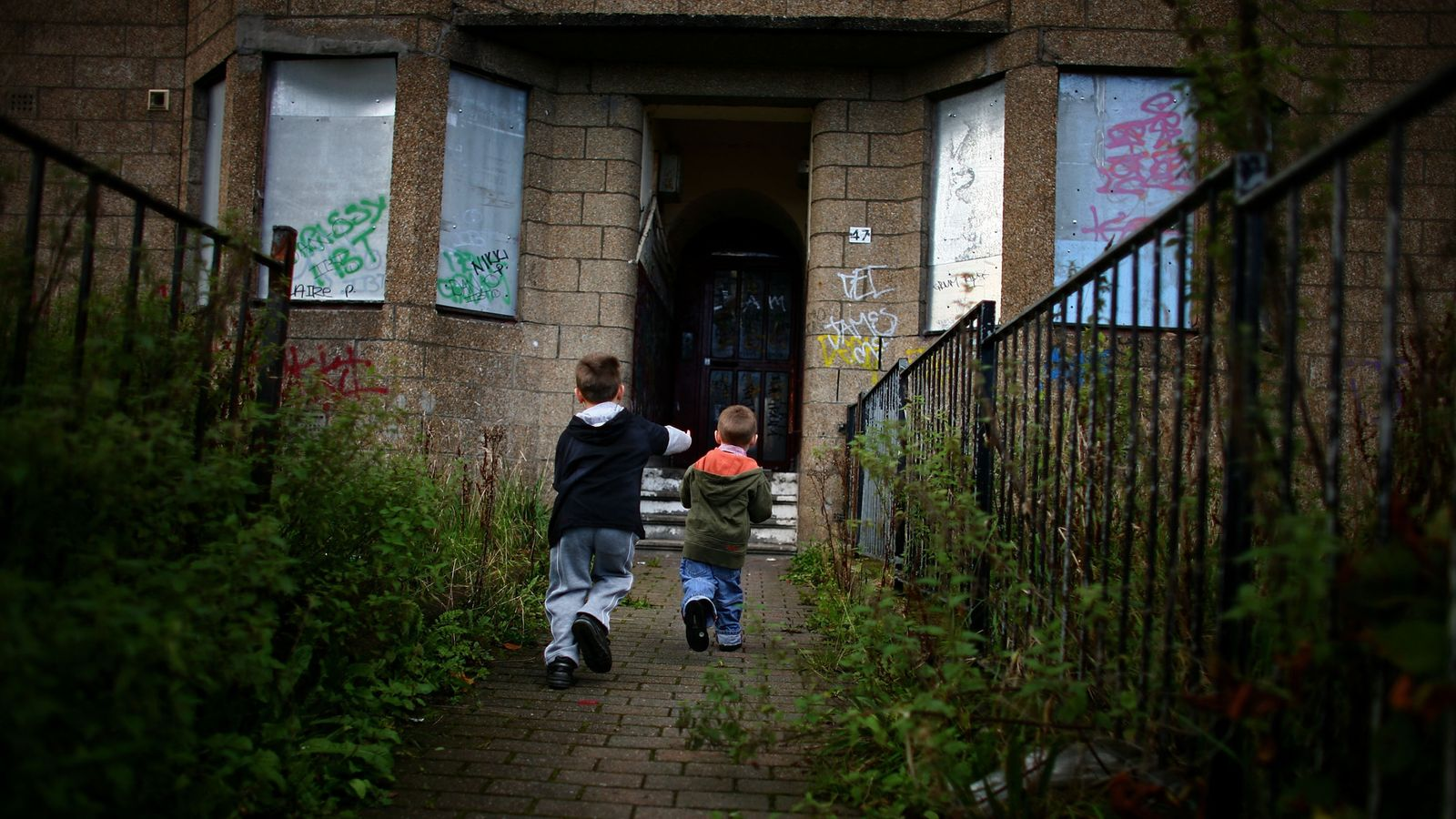 child poverty in the uk Examines the slowdown of progress towards tackling child poverty and the prospects of whether the targets will be met by 2020.