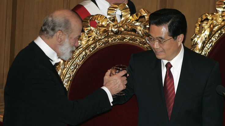 Chinese President Hu Jintao makes a toast with Prince Michael of Kent after a banquet in honour of Hu at the Guildhall, central London, November 9, 2005