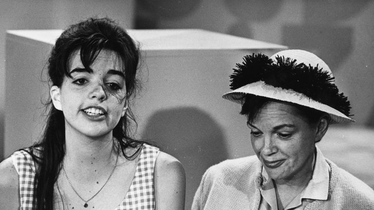 A young Liza Minnelli with her mother Judy Garland in 1960