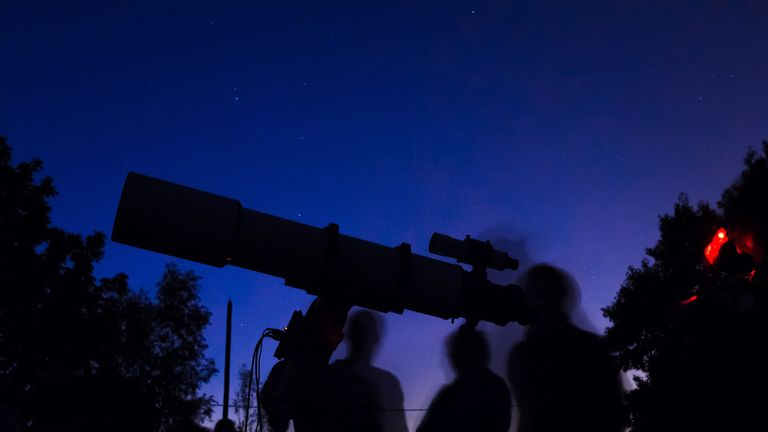 Are these stargazers looking at a 2D image, or one in 3D?
