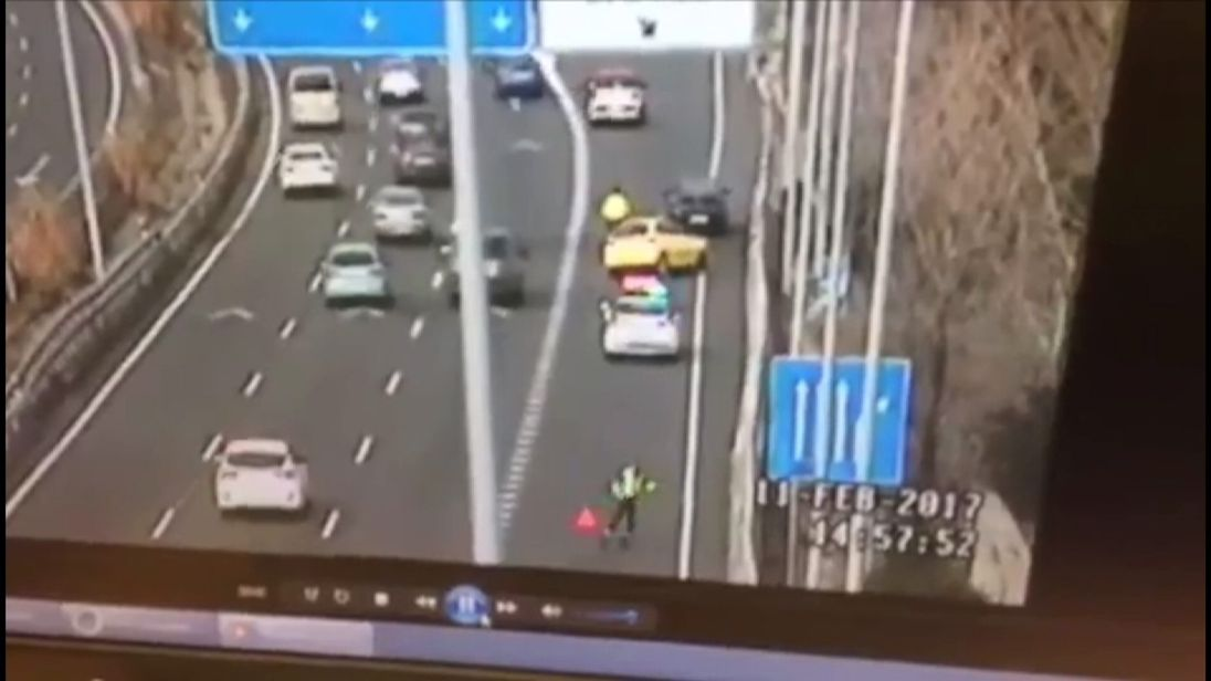 Spanish traffic cop narrowly avoids out of control vehicle