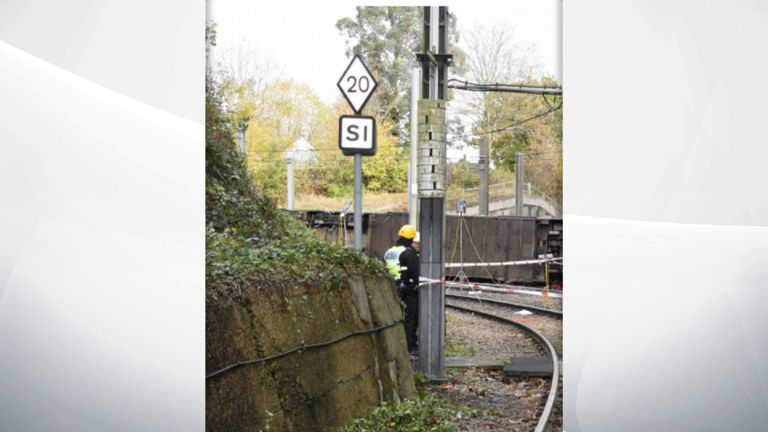 علامت محدودیت سرعت 90-120 متر بعد از نقطه ای که رانندگان باید ترمز را شروع کنند قرار گرفت