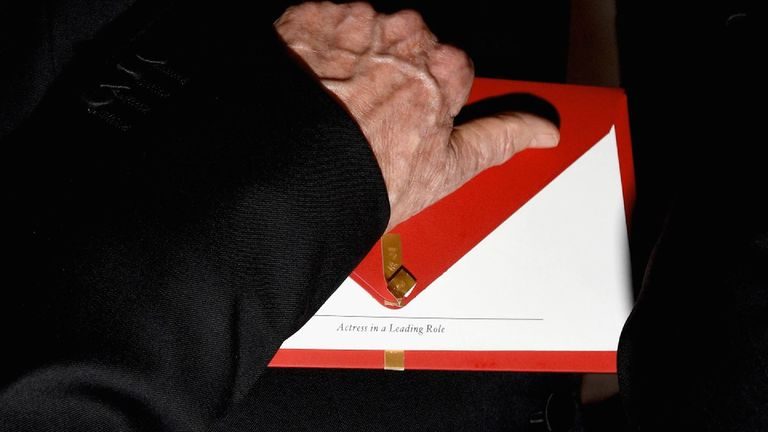 Warren Beatty holds the envelope he was handed by mistake