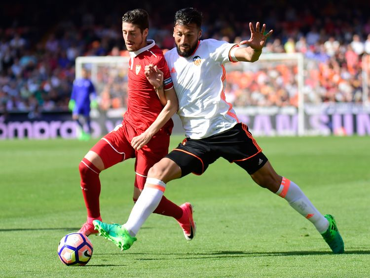 Sevilla's defender Sergio Escudero (L) vies with Valencia's Argentinian defender Ezequiel Garay during the Spanish league football match Valencia CF vs Sev