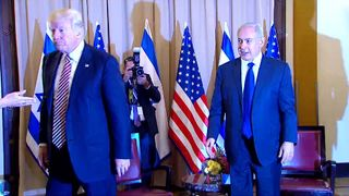 Donald Trump and Benjamin Netanyahu shake hands
