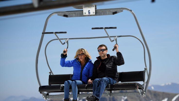 Emmanuel Macron (R) and his wife Brigitte Trogneux