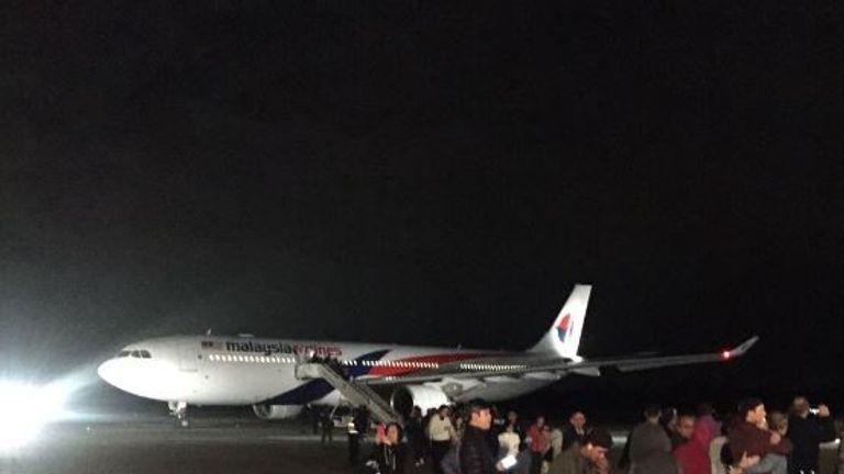 Passengers were escorted off the plane. Pic: @saroki/Mr Khoo