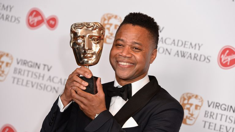 Cuba Gooding Jr with the International award for The People Vs. OJ Simpson