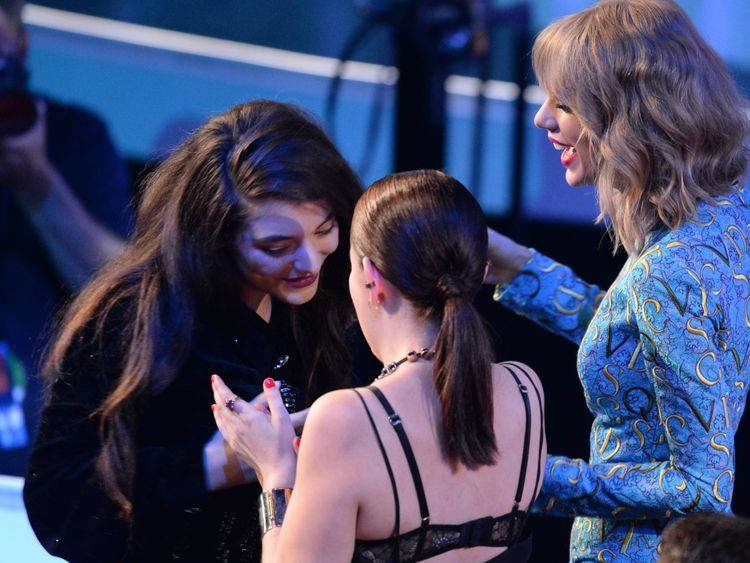 Swift handed Lorde the trophy for Best Rock Video at the 2014 MTV Awards