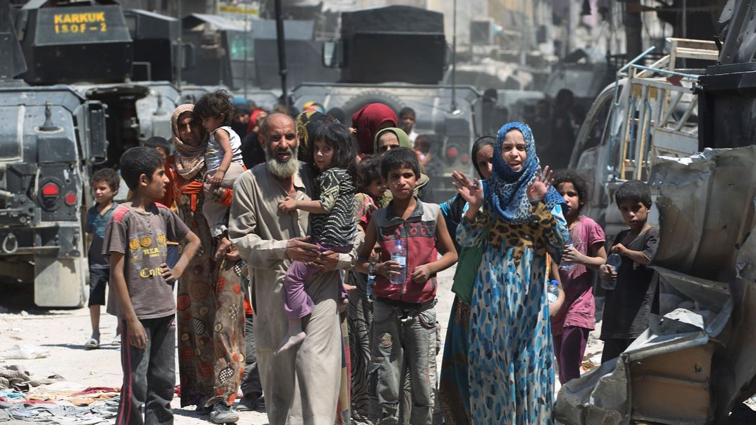 Iraqi's flee Islamic State-held parts of Mosul's Old City