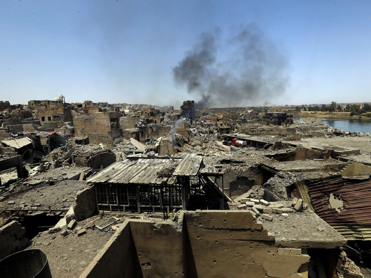 Smoke rises from continuing clashes in Mosul
