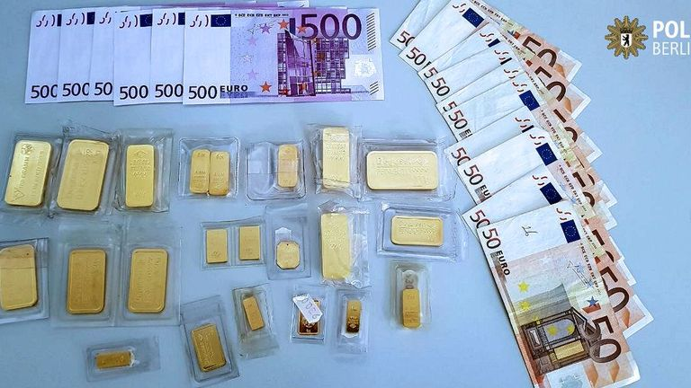 Tweet by Berlin police after man hands in a bag he found full of cash and gold July 2017