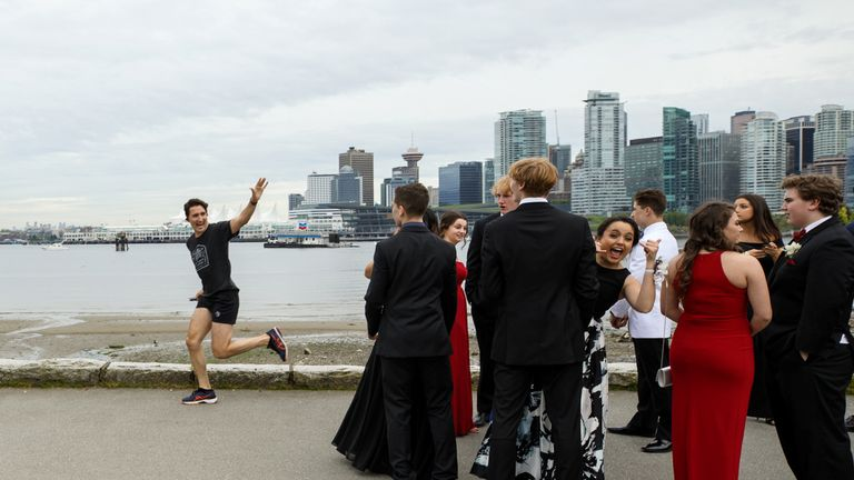 Justin Trudeau photobombed a group of prom students while jogging