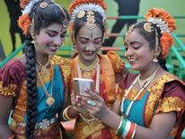 Indian girls prepare for Independence Day celebrations