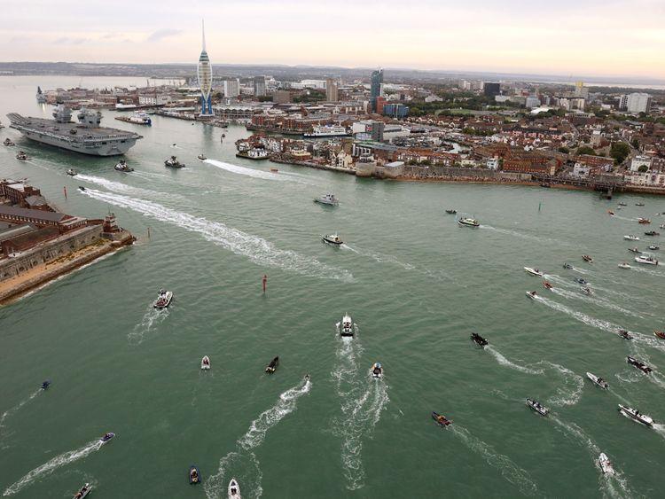 Eine Flottille kleiner Eber umgab das Schiff, als es den Hafen betrat. Bild: MoD