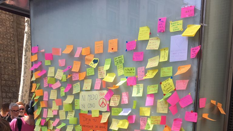 A wall covered in post-it notes with messages of support to those caught up in the Barcelona attack