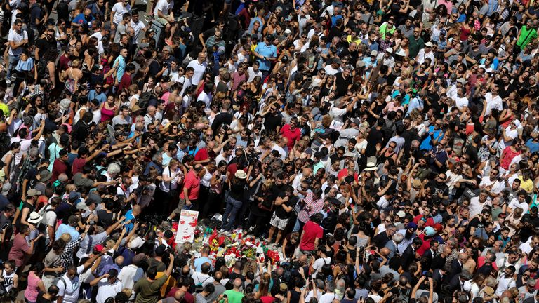 Hundreds of people gather in Los Ramblas to lay tributes