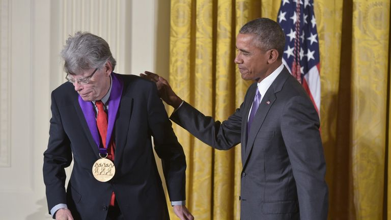 Stephen King (L) and Barack Obama