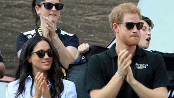 Prince Harry and Meghan Markle applaud as they watch Wheelchair Tennis at the 2017 Invictus Games in Toronto