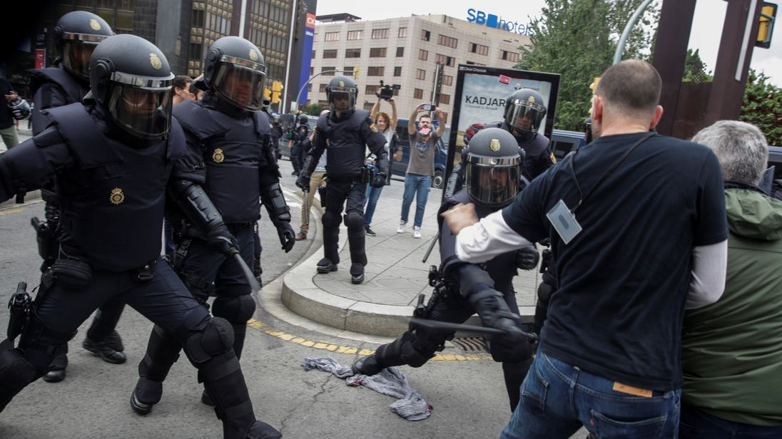 Spanish police use batons against protesters in Tarragona