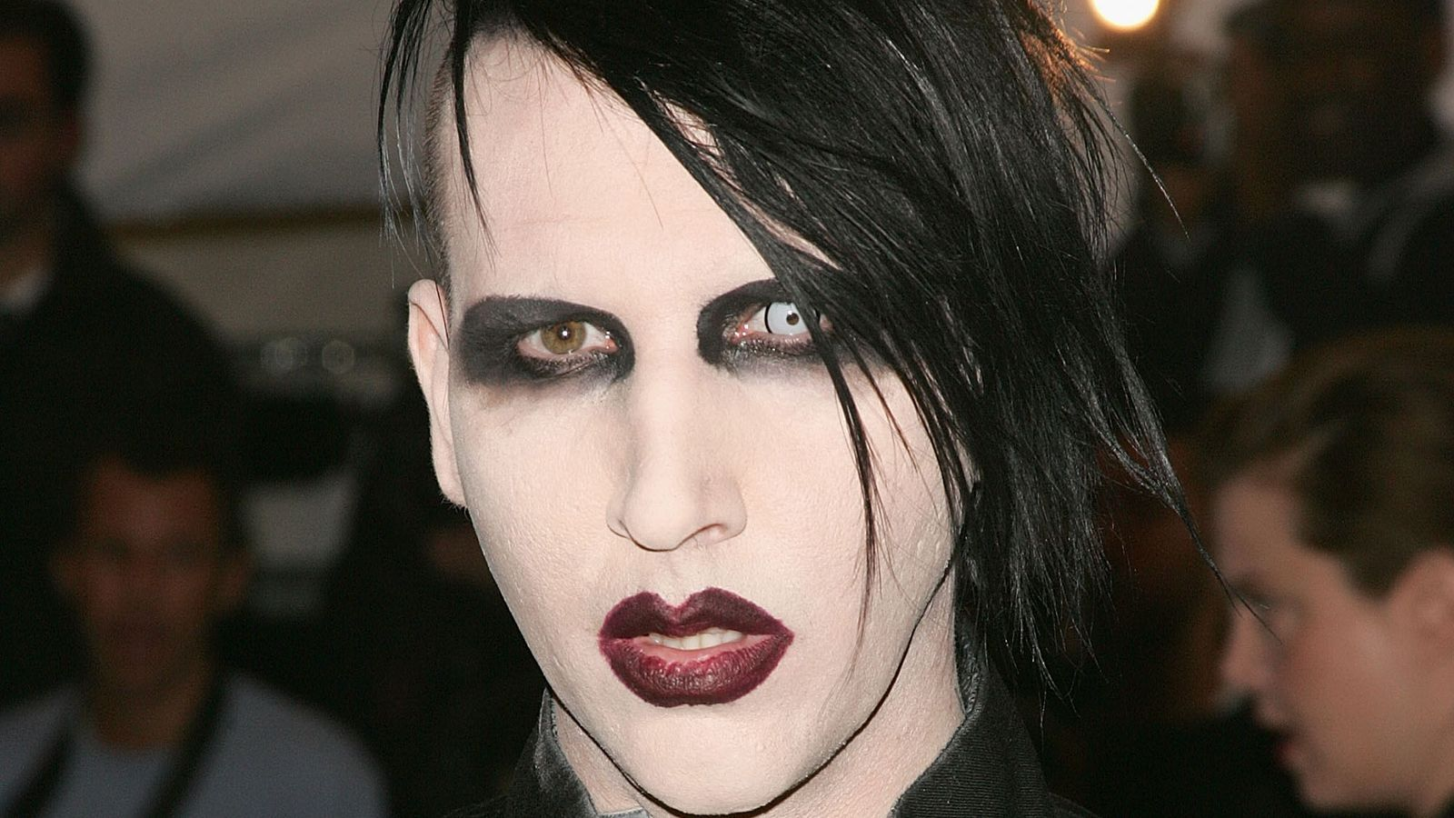 marilyn manson hurt by falling gun scenery during new york show. Black Bedroom Furniture Sets. Home Design Ideas