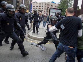 Spanish police use batons against protesters in Tarragona
