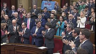 Politicians applaud the announcement of the vote in the Catalan parliament