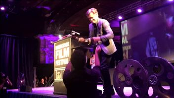 Actor Bill Pullman accidentally destroys his own award at the Woodstock Film Festival