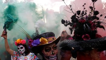 Thousands of people have dressed up as skeletons and taken part in a parade in Mexico