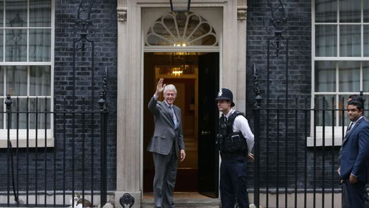 Former US President Bill Clinton waves as he arrives for a meeting with British Prime Minister Theresa May at Downing street in London on October 19, 2017. / AFP PHOTO / Daniel LEAL-OLIVAS (Photo credit should read DANIEL LEAL-OLIVAS/AFP/Getty Images)
