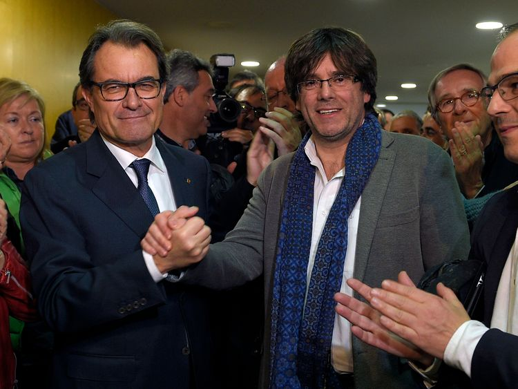 Carles Puigdemont (right) with Catalonia's previous pro-independence leader Artur Mas (left) in 2016