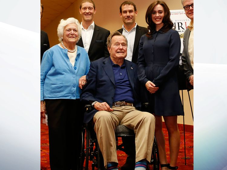 Heather Lind (R) with George HW Bush (C)
