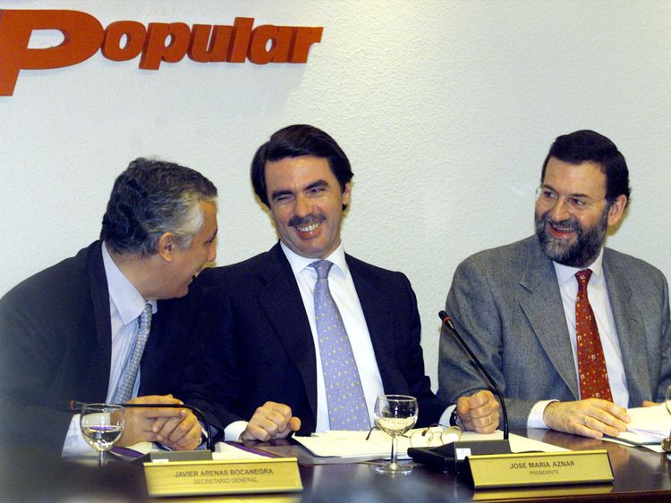 Then prime minister Jose Maria Aznar (centre) and Mariano Rajoy, then education and culture secretary, in 2000