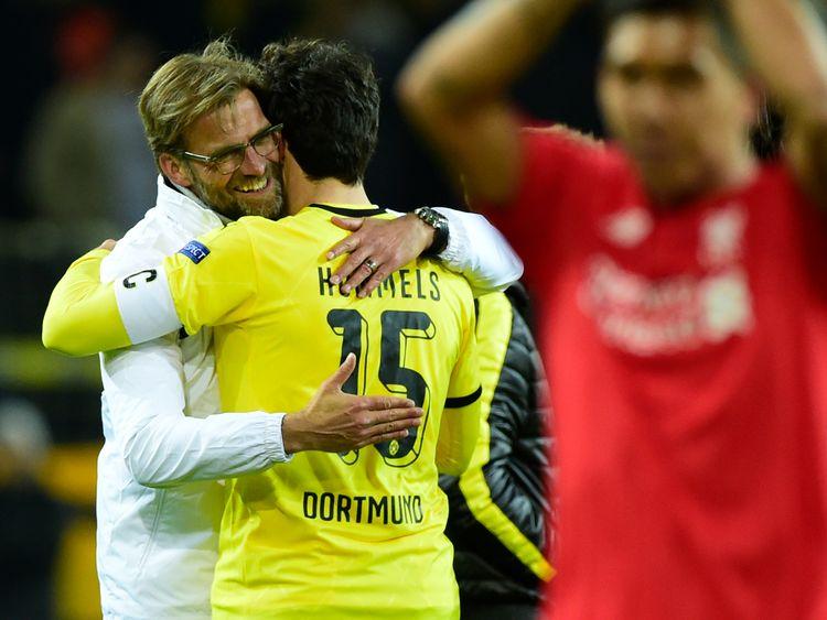 Liverpool's German head coach Jurgen Klopp (L) hugs Dortmund's defender Mats Hummels (C) at the end of the UEFA Europe League quarter-final, first-leg foot