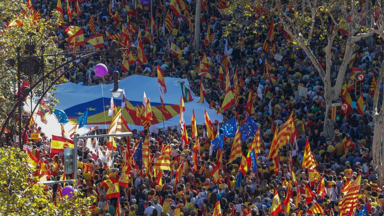 Hundreds of thousands of pro-unity supporters march through Barcelona on Sunday
